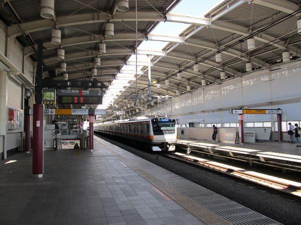 武蔵境駅のホーム。奥の上り線側は仮設駅舎への通路がなくなり、壁面の仕上げが大詰めを迎えている。