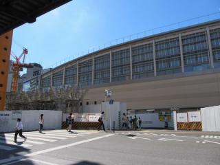 武蔵境駅北口。左に見える鉄骨群は解体途中の仮設橋上駅舎。今後は南口と同じゲートや噴水などができる予定。