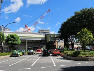 武蔵境駅南口。緑化された巨大なゲートが特徴的。