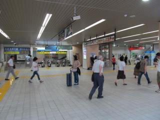 高架下の改札内コンコース。正面は西武多摩川線乗換専用改札口。