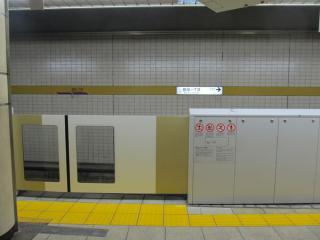 銀座一丁目駅のホームドア。副都心線と同じく車両ごとのドア位置の違いに対応するため、一部のドアの幅が広くなっている。