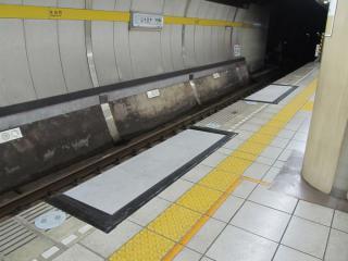 永田町駅に設置中のホームステップ。