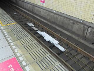 有楽町駅のATO用地上子。細長い地上子が今回追加されたもの。
