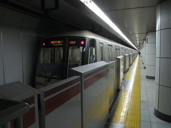 都営大江戸線勝どき駅のホームドア