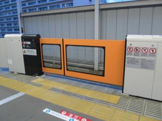 東急大井町線大井町駅ホームドア。有楽町線と同様、ドアは窓付き。