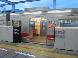 ホームドア開扉(列車停車)中。TASCが無いため、ドアの開口幅は広く取られている。