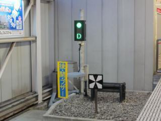 ホーム両端に設置されているホームドア動作状態の表示灯。
