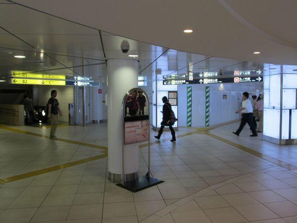 新宿三丁目交差点直下の地下1階コンコース内に設置された囲い。ここに新しい改札口ができる。左へ続く通路は都営新宿線新宿三丁目駅へ通じる。画面右に進むと丸ノ内線ホームへ向かう改札口がある。