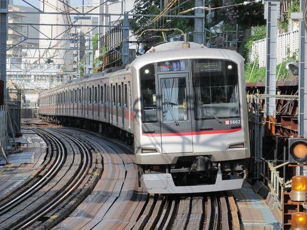 代官山駅に進入する東急5050系元町・中華街行き。この付近に地下線の坑口ができる。