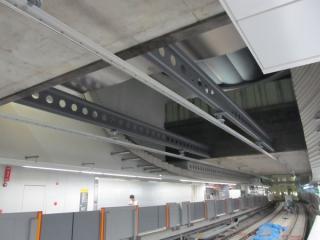 天井に取り付けられた剛体架線。吹き抜け部分はこれを見越して当初からI形の鋼材が設置されていた。