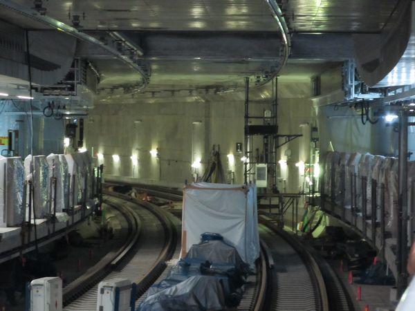 中央2線の横浜方はホームドアの取り付けが完了し、架線の整備が行われている。
