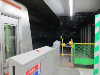 3番線の終端側も壁が取り外され、横浜方面に向かい線路が姿を現した。