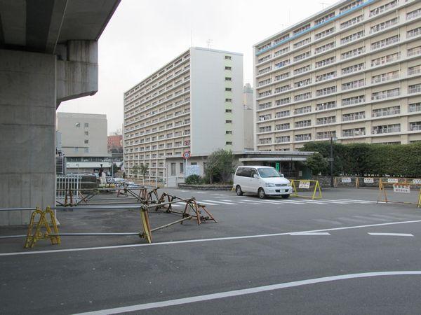東急大井町線の高架下から見たJR東日本広町住宅。第1広町立坑は正面の管理棟裏の駐車場に設けられた。