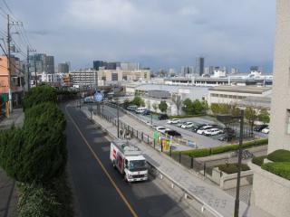 品川区防災センター前の歩道橋から大崎駅方面を見る