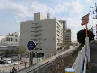 駐車場側の高台から品川区防災センターを見る。