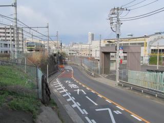 左の湘南新宿ラインE231系は大崎支線を走行中。右の建物群はJR東日本東京車両センター。りんかい線はこの付近から大崎支線の下に潜り込む。