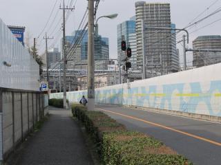 道路とほぼ同レベルに降りた地点に大崎駅の第3場内信号機が設置されている。