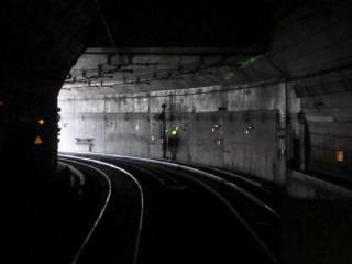 トンネル断面が四角形に変わると間もなく地上。左端に見える黄色の「→」は大崎駅の進入線路を示す予告器。