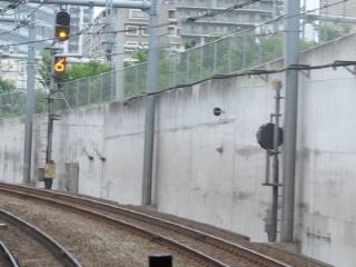 大崎駅の場内信号機。5~8番の全ての線路に進入できるため、進路表示器は数字表記ができる多進路対応型。