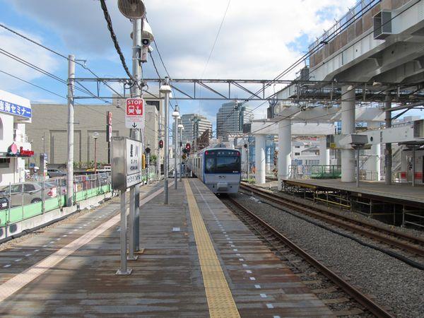 星川駅ホームから天王町駅方向を見る。昨年と比べ大きな変化はない。