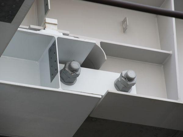 継目部分の桁は極太のボルトで締結されている。
