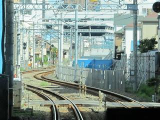 和田町駅(横浜新道交差)付近の高架橋取り付け部分。昨年と比べ大きな変化はない。