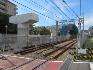 星川1号踏切から和田町駅方向を見る。奥の桁が出来上がっている部分の下を市道鶴ヶ峰天王町線が通る。