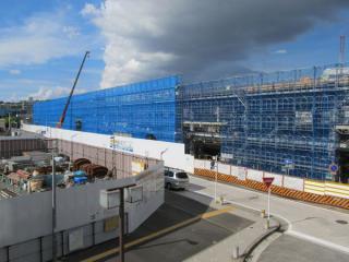 星川駅南口から建設中の高架橋を見る。