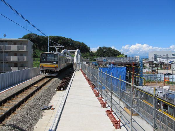 南多摩駅を発車した南武線205系。上下線で高低差があるこの構造も今だけのもの。