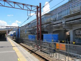 南多摩駅の地上ホーム。旧下り線ホームが撤去され、高架橋の建設が開始された。