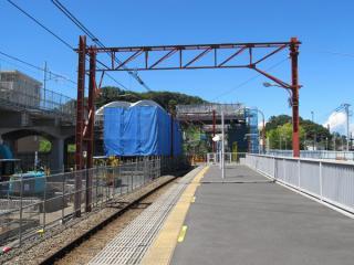 南多摩駅のホームから立川方面を見る。ホームの先にはアーチ橋架設用の足場が設置された。