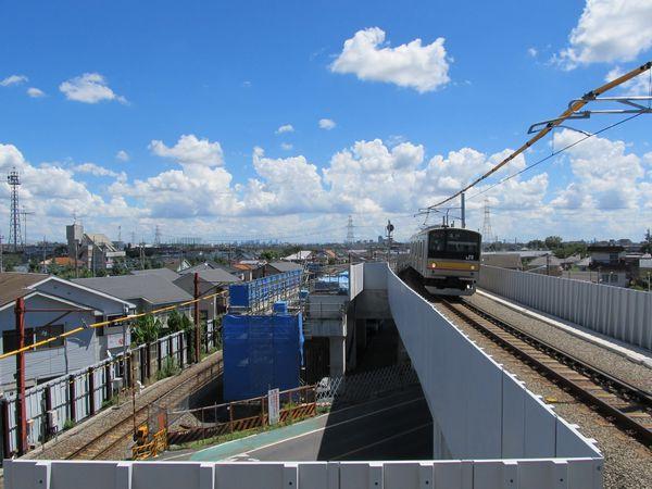 高架の下り線ホーム端から川崎方面を見る。左側では上り線の高架橋の建設が行われている。