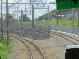 南多摩~府中本町間の地上アプローチ部分(上り列車の前面展望)。線路が地平から高架に上がり始める地点。