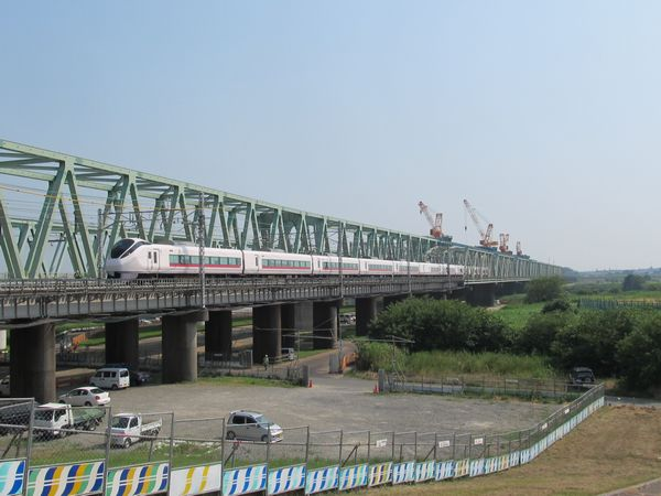 3月のダイヤ改正でデビューした新型特急車両E657系が利根川橋梁を渡る。旧橋梁との組み合わせは今だけ限定の光景。