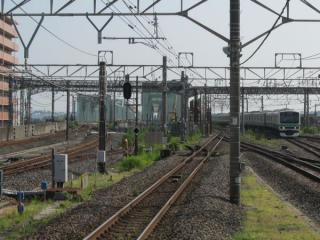 取手駅のホーム端から上野方面を見る。画面中央に新橋梁の姿が確認できる。