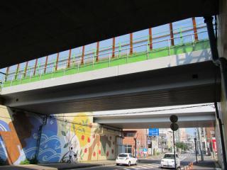 取手駅と橋梁の間で交差する県道11号線に架かる架道橋。写真は以前保守用側線に使われていたもの。