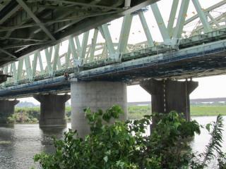 橋梁中央に近づいたところ。ボルト周囲はまだ塗装が下塗りの状態。
