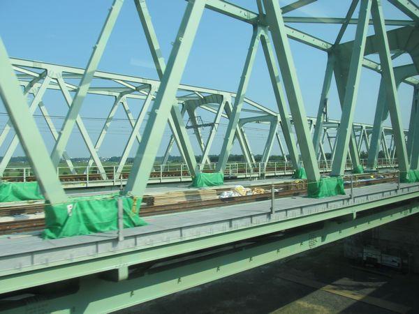 上野方の橋梁上では軌道敷設が開始されている。