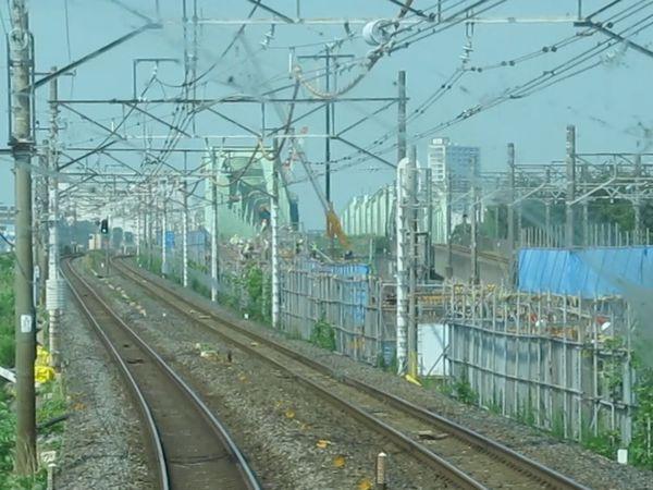 下り列車の前面展望。上野方は新橋梁に取りつくコンクリート高架橋の建設が進んでいる。
