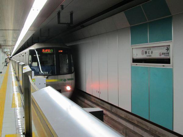 都営大江戸線勝どき駅と12-000形電車。今後は右の壁が撤去され、片面ホームが増設される。