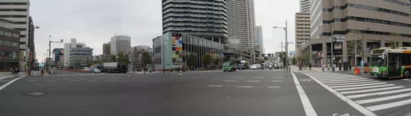 勝どき駅地上にある清澄通り・晴海通りの交差点。清澄通り側には既に工事用の作業帯ができつつある。
