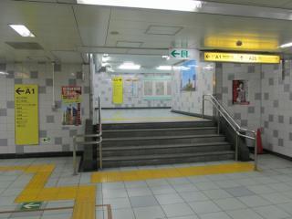A1出入口の通路から分岐するA2b出入口。階段がA1出入口側に飛び出している。