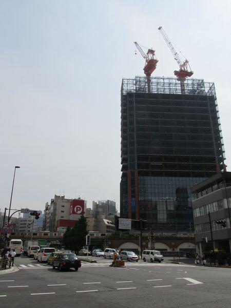 万世橋交差点から交通博物館跡地に建設中のオフィスビルを見る