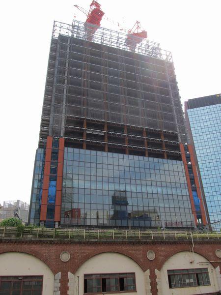 万世橋の上から建設中のビルを見上げる。