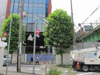 交通博物館のエントランスがあった付近。ビル建設の工事車両出入口となっている。脇を走る中央線の車両は201系からE233系に変わった。
