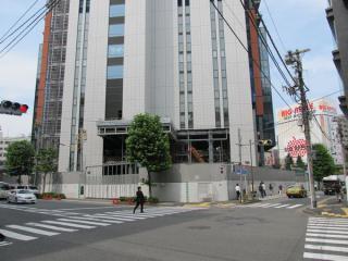 神田・小川町方面から建設中のビルを見る。こちらは壁面がグレーとなっている。