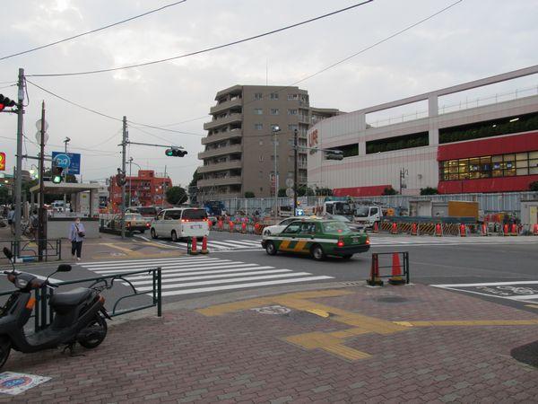 千川駅地上の作業帯。地下では既設トンネル側壁の切断・撤去が進む。