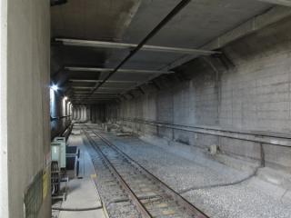 千川駅A線ホーム端から小竹向原駅方面を見る。天井の一部が切り取られ、高さが高くなっている。