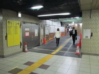 連絡線合流点の真上にある2番出入口。床・壁などが取り壊され、仮設構造になっている。