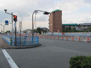 小竹向原駅側の作業帯。地下の掘削は完了しており、6月と比べて大きな変化はない。